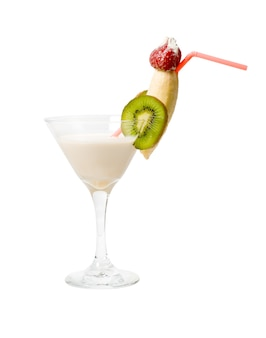Coco tropical com kiwi e coquetel de banana isolado no fundo branco, traçado de recorte