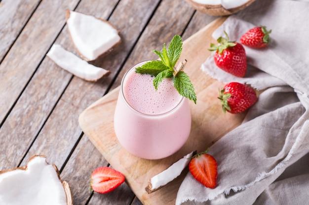 Coco vegano saudável e lassi indiano de morango