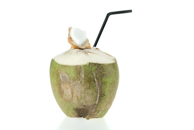 Coco verde aberto com palha