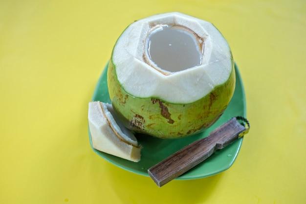 Coco verde jovem com ralador
