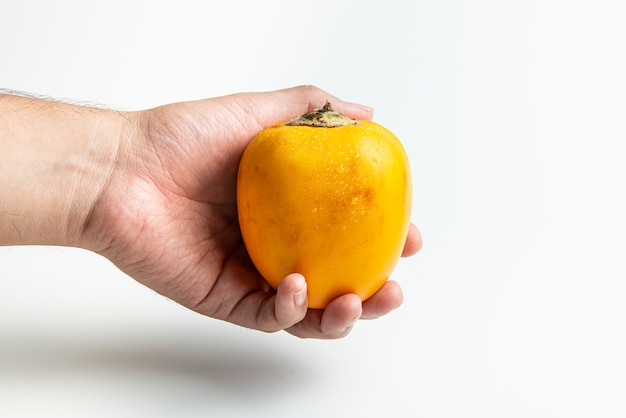 Cocona frutas tropicais frescas em uma mão