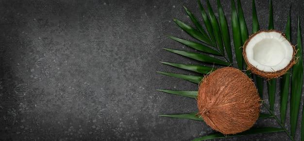 Cocos em fundo escuro, conceito de superalimentos. copie o espaço, diretamente acima.