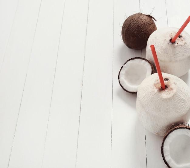 Cocos frescos e coquetéis de coco