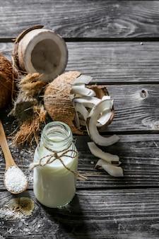 Cocos frescos e leite de coco em garrafa