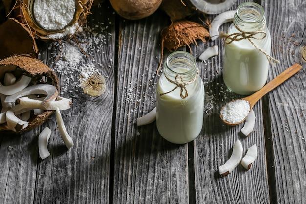 Cocos frescos e leite de coco em garrafas