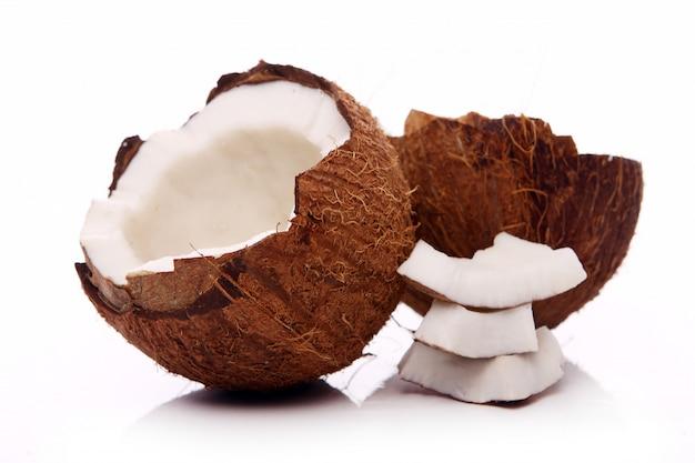 Cocos frescos na superfície branca
