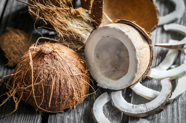 Cocos frescos quebrados na parede de madeira