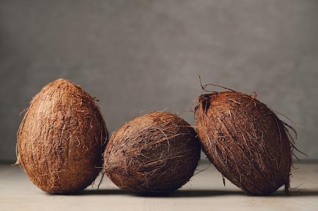Cocos sobre mesa de madeira
