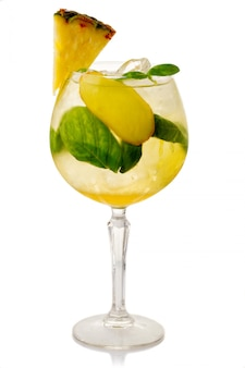 Coctkail de álcool com abacaxi e gengibre isolado no branco