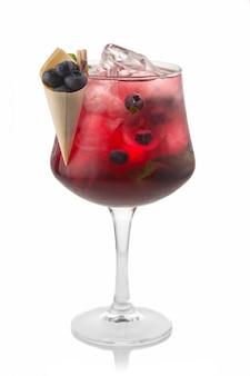 Coctkail de álcool com blueberry fresco e especiarias isoladas no branco