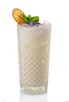 Coctkail de álcool com chantilly e hortelã isolado no branco