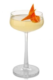 Coctkail de álcool com laranja cidra isolado no branco