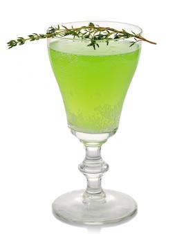 Coctkail verde do álcool com as especiarias isoladas no branco