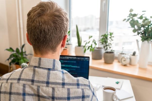 Codificação nas mãos do homem na tela codificação e programação no desenvolvedor da web de desenvolvimento de laptop na tela