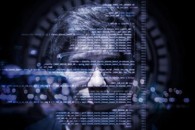 Código de computador binário virtual na frente do rosto do jovem