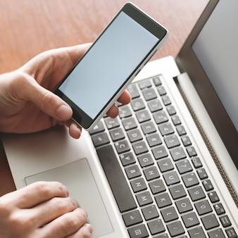 Código de segurança de tecnologia moderna de autenticação de dois fatores para acessar dados financeiros online