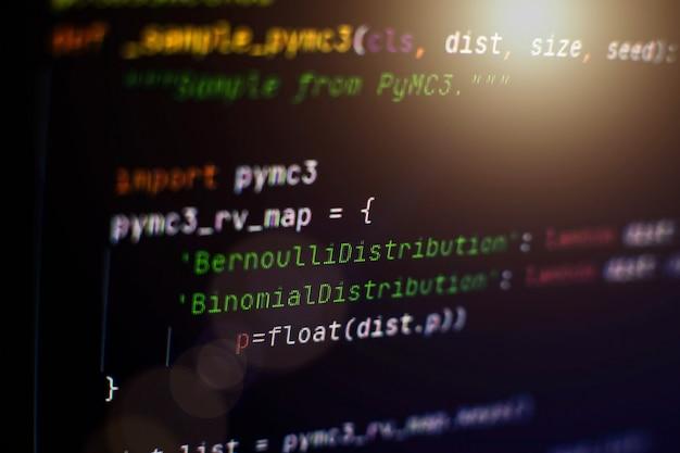 Código html do site na foto do close up de exibição do laptop. padrões de codificação de sites de tecnologia da informação para web design tela de desenvolvedor do programador.