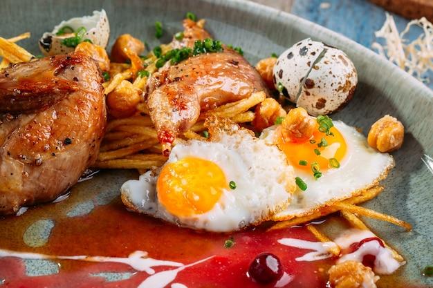 Codorna cozida pai batata lingonberry molho ovos