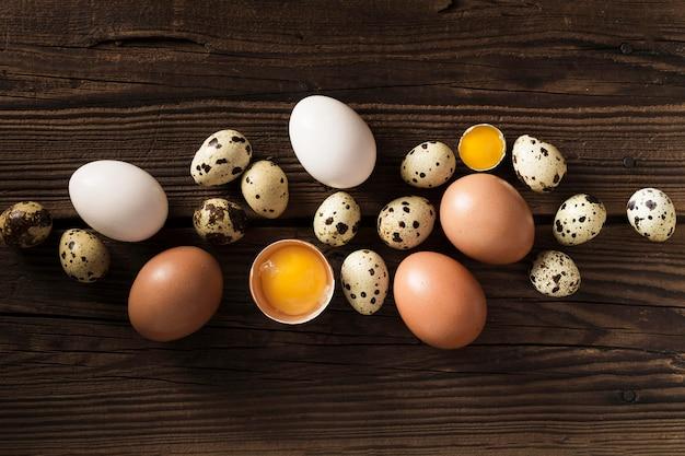 Codorniz e ovos de galinha