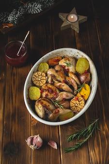 Codornizes assadas com batata e molho de cranberry