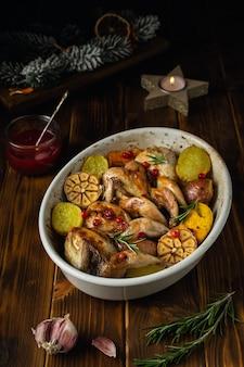 Codornizes assadas com batatas e molho de cranberry, conceito de comida de ação de graças ou natal
