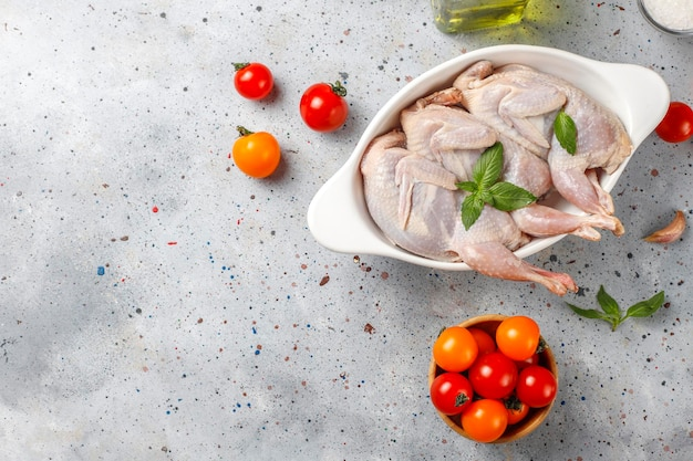 Codornizes caseiras ecológicas prontas para cozinhar.