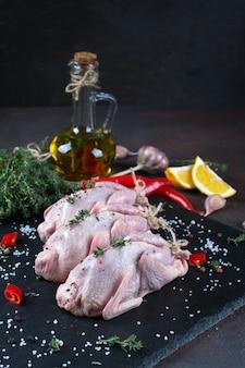 Codornizes de carne crua fresca prontas para cozinhar na placa de ardósia