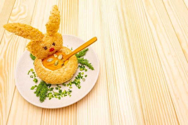 Coelhinho da páscoa com sopa de creme de abóbora quente com ervas e sementes de abóbora