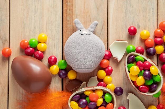 Coelhinho da páscoa de brinquedo padrão e ovos de chocolate