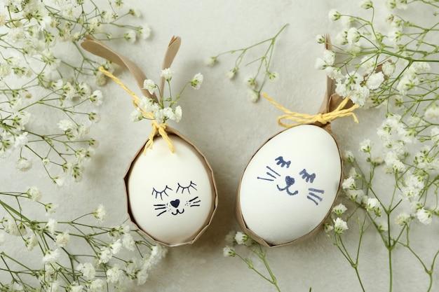 Coelhinhos da páscoa feitos de ovos e flores de gipsófila