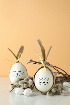 Coelhinhos da páscoa feitos de ovos, ovos de codorna e amentilhos