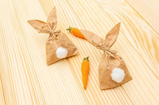 Coelhinhos de papel e cenouras de malha para a páscoa