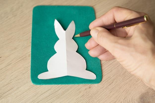 Coelho da páscoa. cartão de felicitações. decorações de artesanato de férias diy.