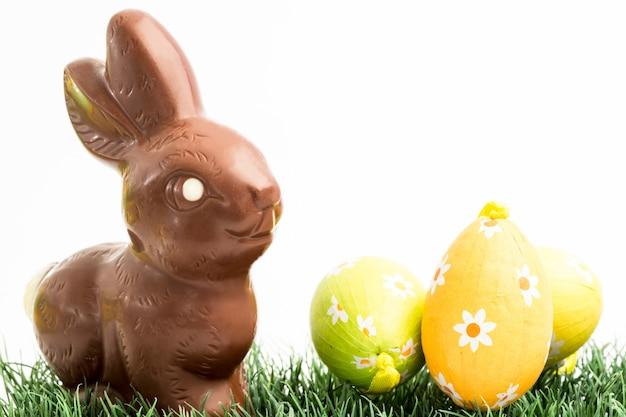 Coelho de coelho de chocolate e três ovos de páscoa