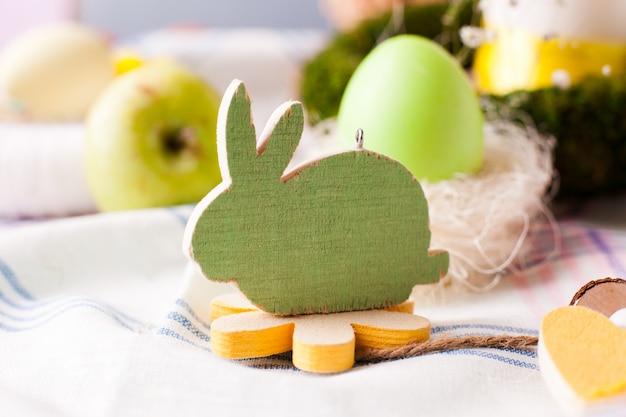 Coelho de madeira decorativo - elementos da mesa festiva da páscoa, opção de servir