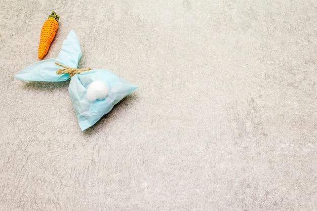 Coelho de papel azul e cenoura de malha