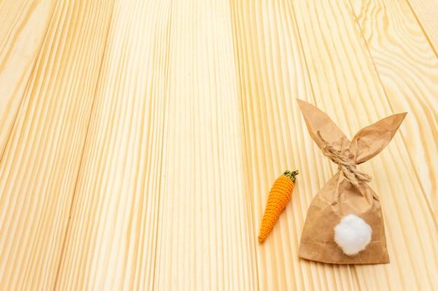 Coelho de papel e malha de cenoura para a páscoa