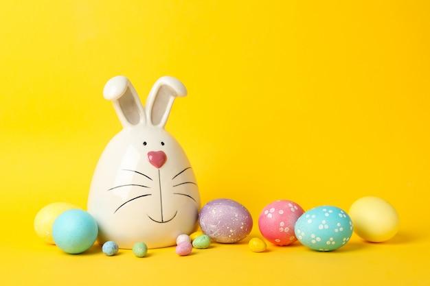 Coelho e páscoa ovos na superfície amarela