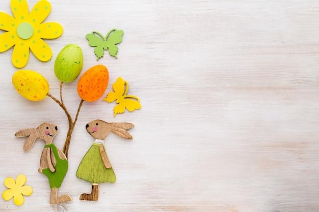 Coelho, flores e borboletas de símbolos de madeira