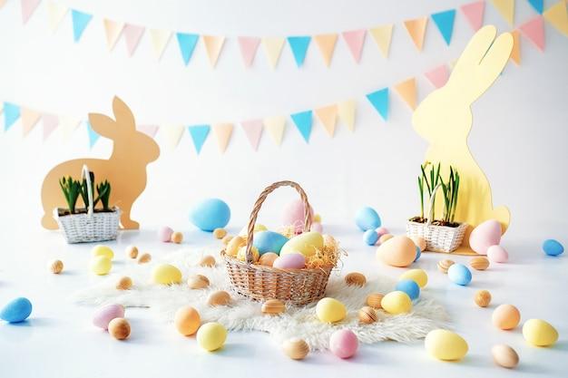 Coelho na sala de páscoa decorada com ovos pintados