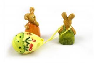 Coelhos da páscoa - uma arrastando um ovo