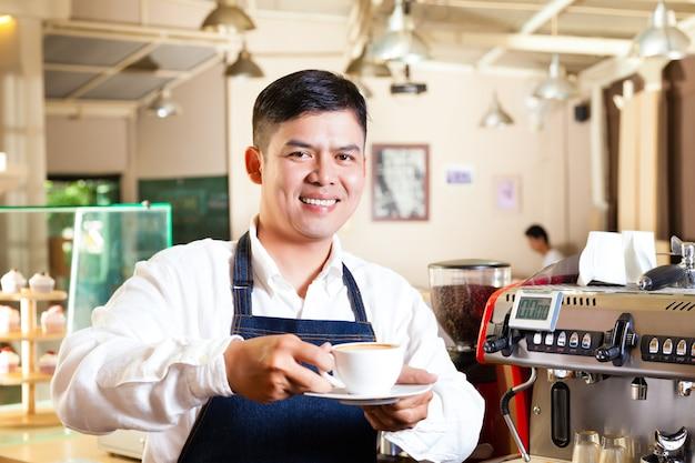 Coffeeshop asiático - barista apresenta café