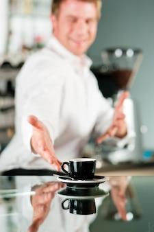Coffeeshop - barista apresenta café
