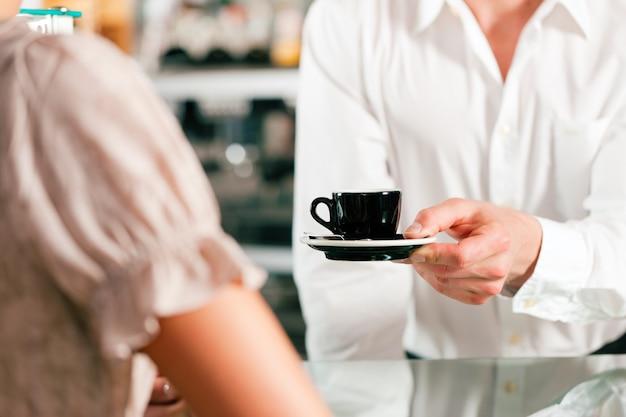 Coffeeshop - barista espera um café