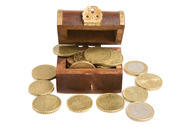Cofre de madeira aberto com muitas moedas em um fundo branco