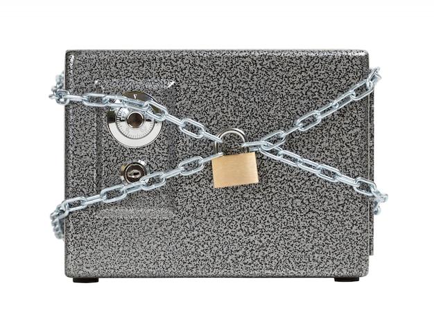 Cofre fechado, envolto em corrente. mantendo o conceito seguro de dinheiro.