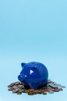 Cofrinho acima de uma pilha de moedas
