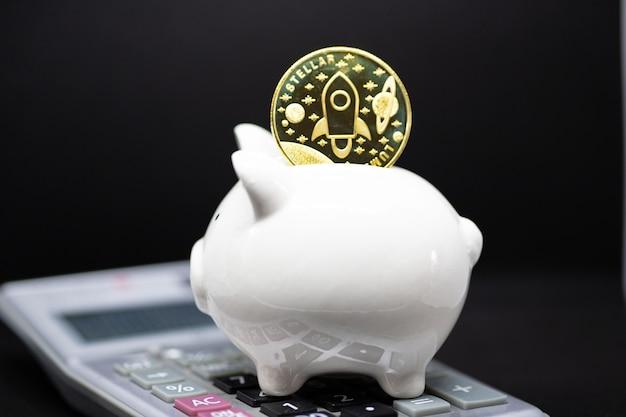Cofrinho branco em um fundo preto para economizar dinheiro, riqueza e conceito de finanças e copyspace