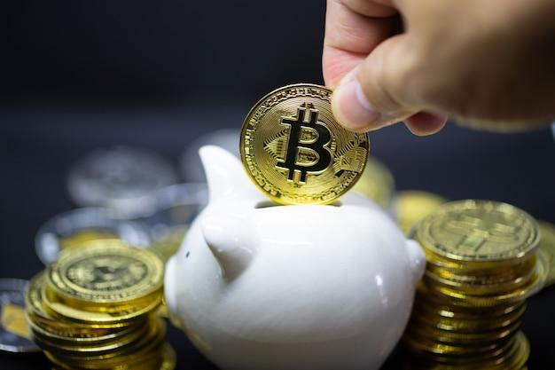 Cofrinho branco em um fundo preto para economizar dinheiro, riqueza e conceito de finanças e espaço de cópia