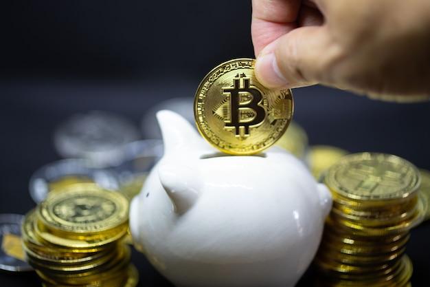 Cofrinho branco sobre um fundo preto para economizar dinheiro, riqueza e conceito de finanças e o copyspace para o projeto.